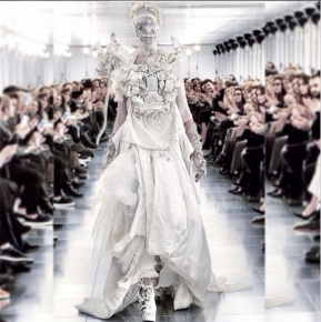 John Galliano apresentou seu desfile de estreia na Maison MartinMargiela