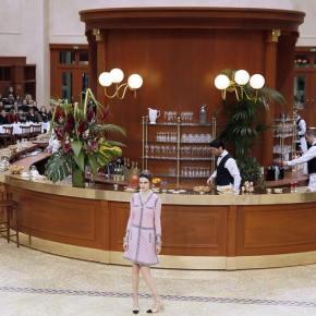 Chanel transforma o Grand Palais em uma típica brasserie francesa para desfilar seu inverno2015/16