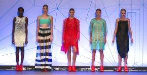 Estilista desfila sua primeira coleção de moda feita em impressora3D