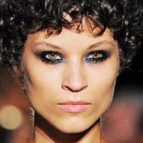 Um corte de cabelo errado e ela se tornou o rosto da temporada no São Paulo FashionWeek