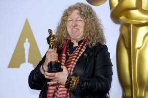 Jenny Beavan conquista o seu segundo Oscar pelo figurino de 'Mad Max: Estrada da Fúria' e não é aplaudida por parte dospresentes